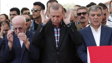 SDT10  Istanbul  Turkey   17 07 2016 -  L-R  Turkish parliamentary speaker Ismail Kahraman  Turkish President Recep Tayyip Erdogan and former president Abdullah Gul pray near by coffins of victims who were killed in a coup attempt on 16 July  during the funeral at Fatih Mosque  in Istanbul  Turkey  17 July 2016  Turkish Prime Minister Yildirim reportedly said that the Turkish military was involved in an attempted coup d etat  Turkish President Recep Tayyip Erdogan has denounced the coup attempt as an  act of treason  and insisted his government remains in charge  Some 104 coup plotters were killed  90 people - 41 of them police and 47 are civilians -  fell martrys   after an attempt to bring down the Turkish government  the acting army chief General Umit Dundar said in a televised appearance   Golpe de Estado  Estanbul  Turquia  EFE EPA SEDAT SUNA